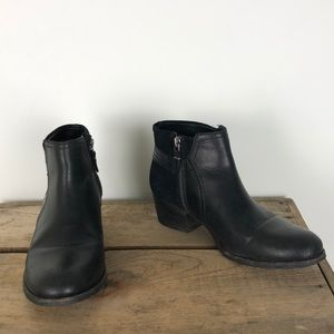 CLARKS black zippered leather ankle booties sz 8.5